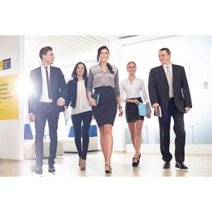 フリー写真, 人物, 集団(グループ), 職業, ビジネス, 仕事, ビジネスマン, ビジネスウーマン, サラリーマン, 五人, 仲間, 歩く