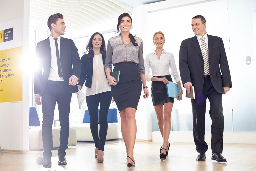フリー写真 歩いている五人のビジネスパーソン