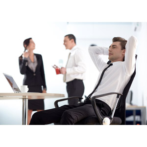 フリー写真, 人物, 男性, 外国人男性, 男性(00133), 職業, ビジネス, 仕事, ビジネスマン, 休憩, オフィスチェア, 座る(椅子), ワイシャツ, 悩む