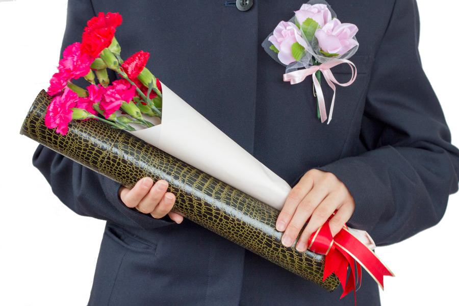 フリー写真 卒業証書とカーネーションを持つ卒業生