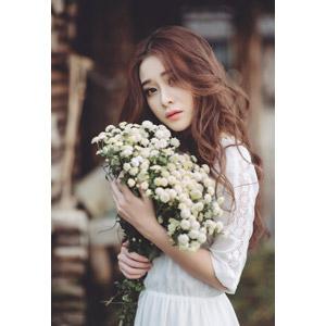 フリー写真, 人物, 女性, アジア人女性, 女性(00127), ベトナム人, 人と花, 花束, 白色の花