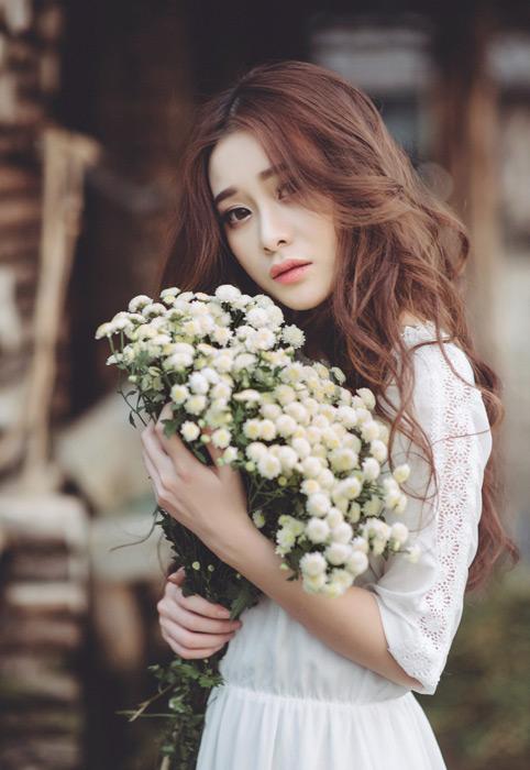 フリー写真 花束を抱えている女性ポートレイト