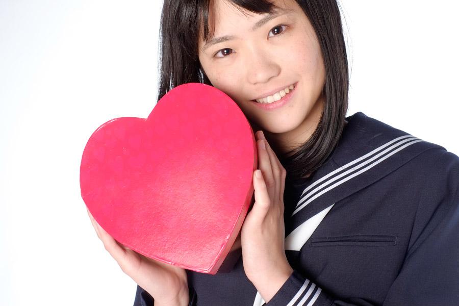 フリー写真 ハートを持つ女子高生のポートレイト