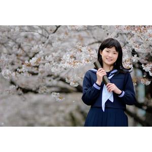 フリー写真, 人物, 少女, アジアの少女, 日本人, 少女(00048), 学生(生徒), 高校生, セーラー服(学生服), 学生服, 卒業式, 卒業証書, 3月, 2月, 人と花, 桜(サクラ)