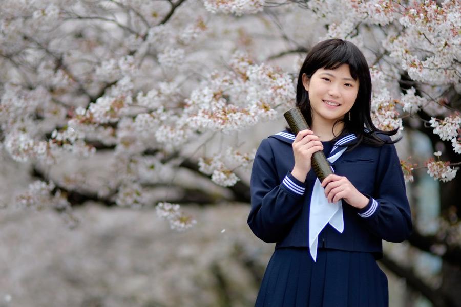 フリー写真 桜の花と卒業式を迎えた女子高生