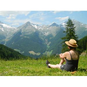 フリー写真, 人物, 女性, 外国人女性, 人と風景, 後ろ姿, 座る(地面), 眺める, 山, アルプス山脈, チロル, イタリアの風景, 麦わら帽子