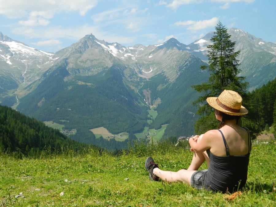 フリー写真 アルプス山脈を眺めている女性の後ろ姿
