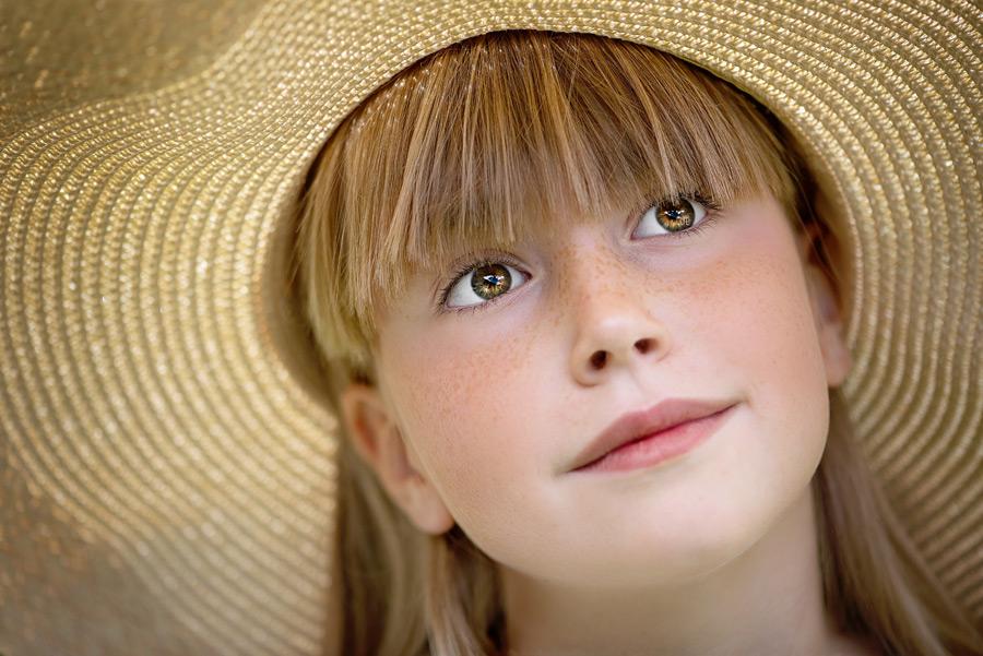 フリー写真 麦わら帽子を被る女の子の顔