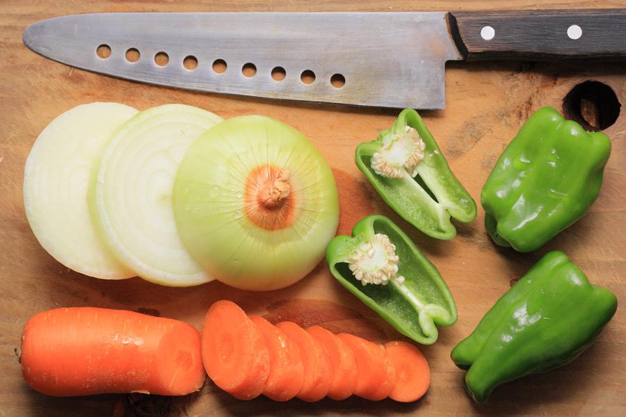 フリー写真 包丁とカットされた野菜