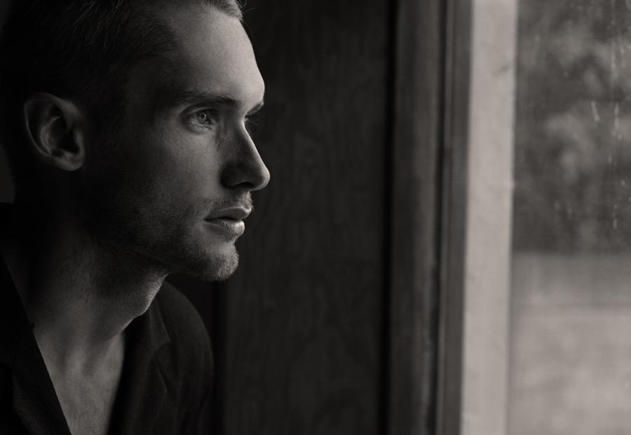 フリー写真 窓の外を見ている外国人男性の横顔