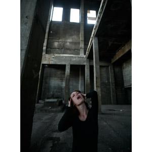 フリー写真, 人物, 女性, 外国人女性, 人と風景, 廃墟, 頭を抱える, 叫ぶ, 悲鳴, 口を開ける