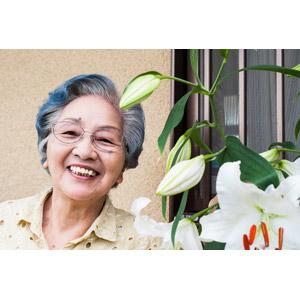 フリー写真, 人物, 老人, 祖母(おばあさん), シニア女性, 日本人, 人と花, 百合(ユリ), 笑う(笑顔)