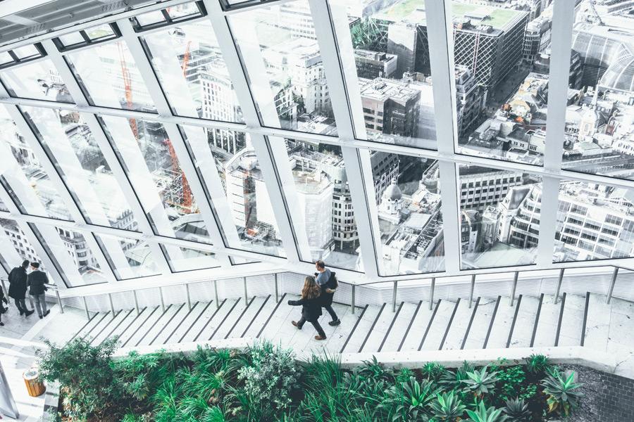 フリー写真 スカイガーデンの階段とロンドンの街並み