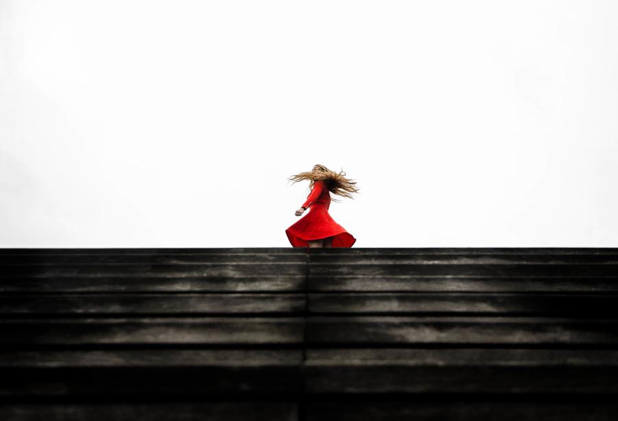 フリー写真 赤いドレス姿で振り返る女性