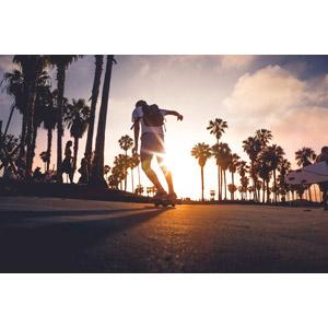 フリー写真, 人物, 男性, スケートボード(スケボー), スポーツ, 人と風景, 夕暮れ(夕方), 夕日, 太陽光(日光)