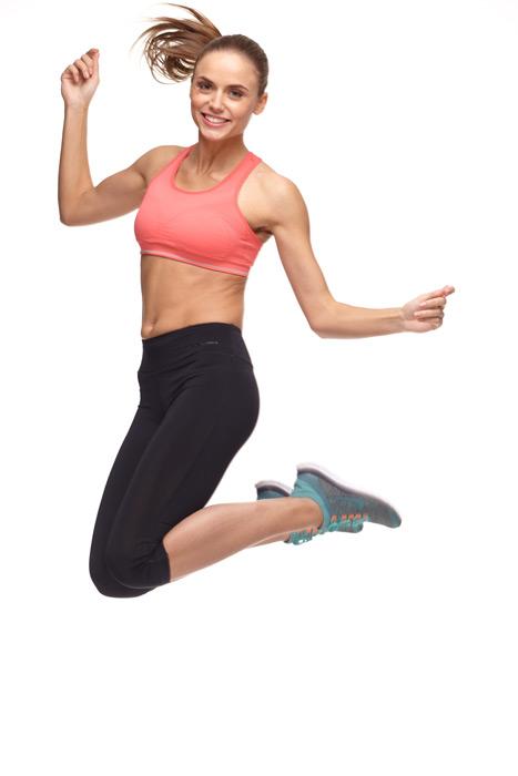 フリー写真 スポーツウェア姿でジャンプする外国人女性