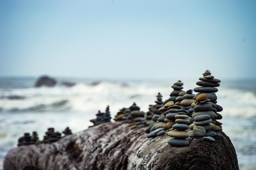 フリー写真 海と積み石の風景