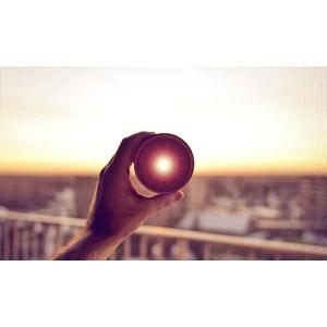 フリー写真, 人体, 手, カメラレンズ, 朝日, 太陽光(日光)