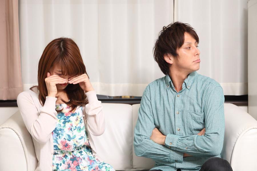 フリー写真 泣いている妻と顔をそむける旦那