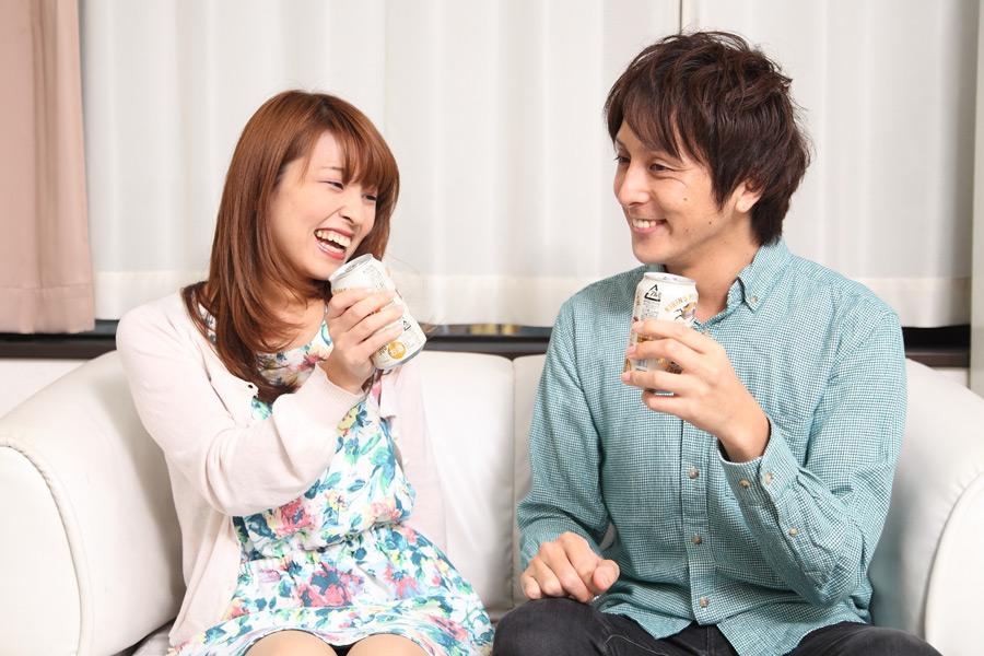 フリー写真 缶ビールで乾杯するカップル