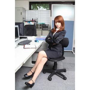 フリー写真, 人物, 女性, アジア人女性, 日本人, 女性(00023), ビジネス, 仕事, 職業, ビジネスウーマン, オフィス, レディーススーツ, 座る(椅子), 足を組む, 腕を組む, オフィスチェア, 威張る