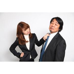フリー写真, 人物, 女性, アジア人女性, 日本人, 女性(00023), ビジネス, 仕事, 職業, ビジネスウーマン, 男性(00087), 中年男性, アジア人男性, サラリーマン, 上司, 胸ぐらを掴む, 怒る, 二人, 腰に手を当てる
