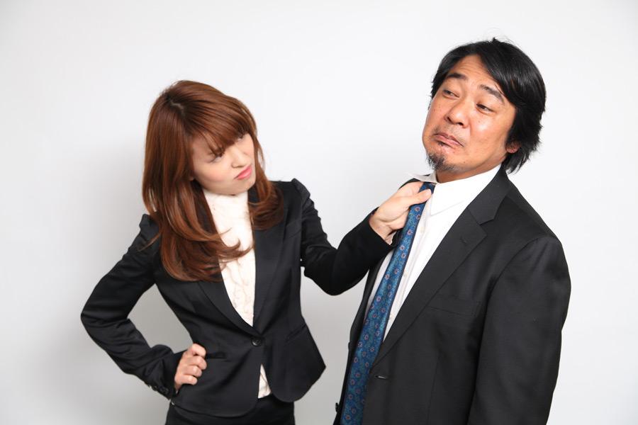 フリー写真 上司の胸ぐらを掴む女性社員