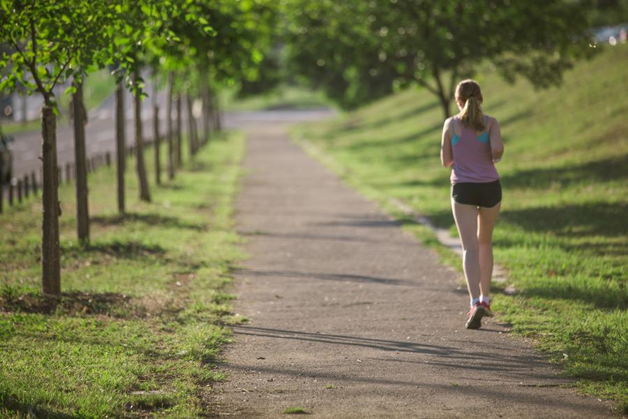 フリー写真 ジョギングしている外国人女性の後ろ姿