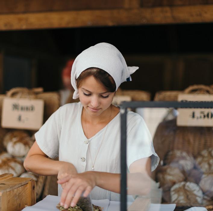 フリー写真 パン屋で働くドイツ人の女性