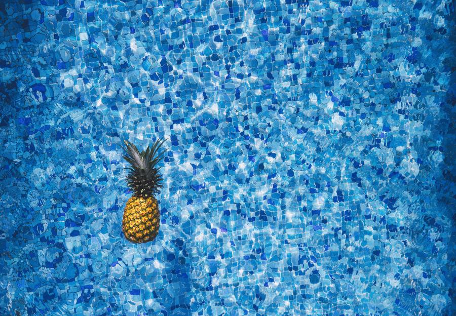 フリー写真 プールに浮かぶパイナップル