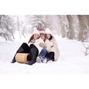 フリー写真, 人物, 女性, 外国人女性, 三人, ニット帽, ソリ, 人と風景, 雪, 冬