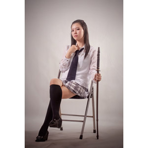 フリー写真, 人物, 少女, アジアの少女, 学生(生徒), 高校生, 学生服, 足を組む, 座る(椅子), 武器, 刀剣, インドネシア人