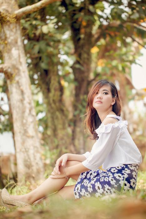 フリー写真 地面にお尻を付けて座るインドネシア人女性