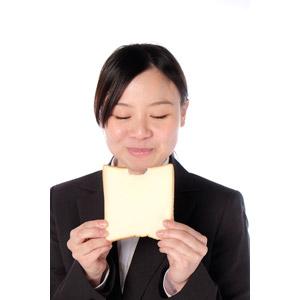 フリー写真, 人物, 女性, アジア人女性, 女性(00083), 日本人, ビジネス, 職業, 仕事, ビジネスウーマン, OL(オフィスレディ), 白背景, 食べる, 食べ物(食料), パン, 食パン