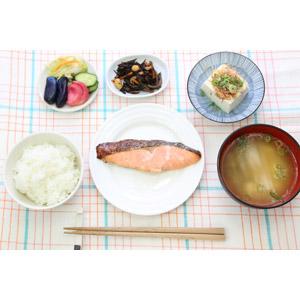 フリー写真, 食べ物(食料), 朝食, 料理, 御飯(ご飯), 味噌汁(みそ汁), 日本料理, 和食, 焼き鮭, 冷奴, ひじき, 漬け物(漬物), 箸