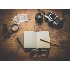 フリー写真, 地図, 古地図, 眼鏡(メガネ), 手帳, 鉛筆(えんぴつ), カメラ, カメラレンズ, 虫眼鏡(ルーペ)