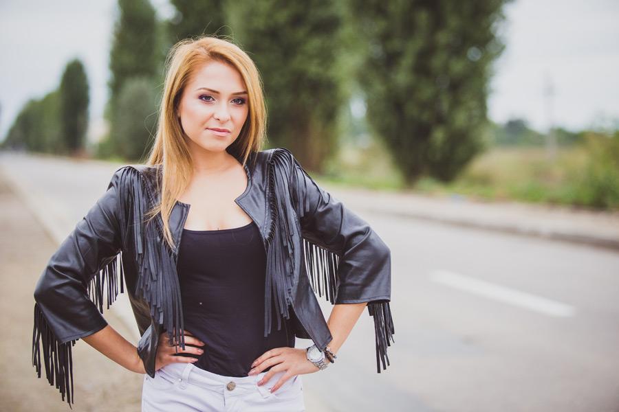 フリー写真 腰に手を当てるルーマニア人女性