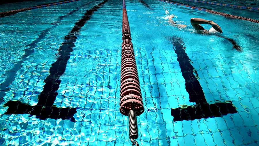 フリー写真 プールで泳ぐ人物
