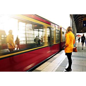 フリー写真, 人物, 女性, 外国人女性, 人と乗り物, 乗り物, 列車(鉄道車両), 電車, 鉄道駅, プラットホーム