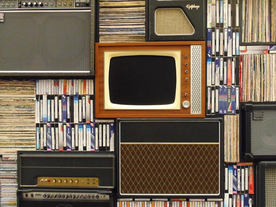 フリー写真 積み上げられたテレビとビデオテープ