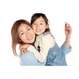 フリー写真, 人物, 親子, 子供, 娘, 抱き上げる, 白背景, 女性(00018), 女の子(00021), 日本人, 二人