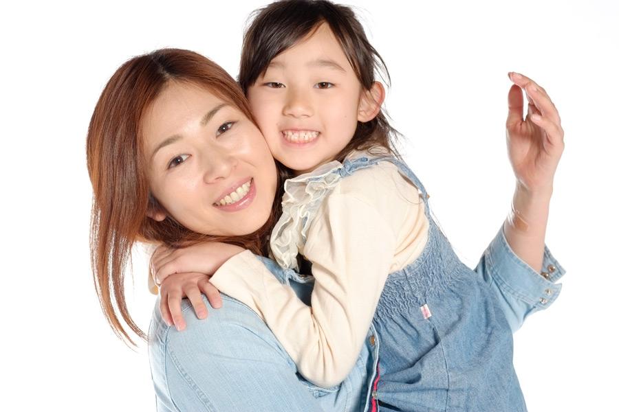フリー写真 頬を付け合う母と娘