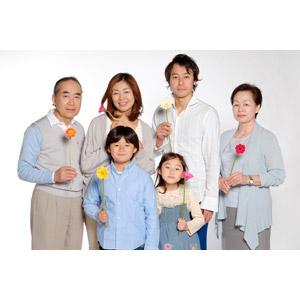 フリー写真, 人物, 家族, 親子, 三世代家族, 祖父(おじいさん), 祖母(おばあさん), 父親(お父さん), 母親(お母さん), 娘, 息子, 子供, 祖父(00010), 祖母(00011), 女性(00018), 男性(00019), 男の子(00020), 女の子(00021), 男性(00019), 人と花