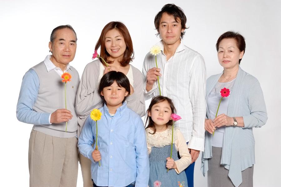 フリー写真 花を持つ三世代家族