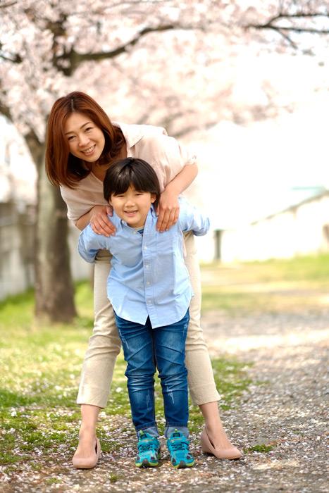 フリー写真 息子に抱きつく母