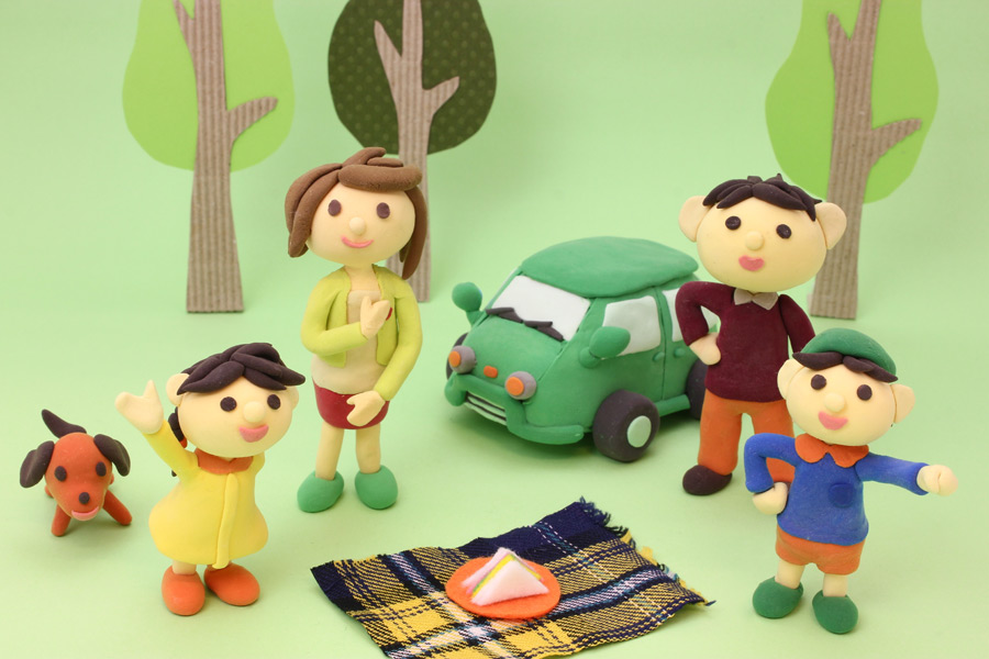 フリー写真 ピクニックをする四人家族の人形