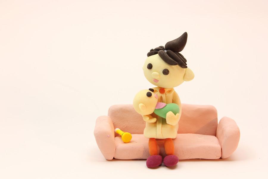 フリー写真 赤ちゃんを抱いている母親の人形