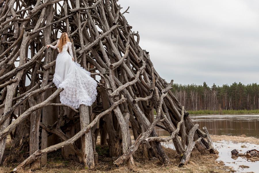 フリー写真 ドレス姿で木の塔に上る外国人女性