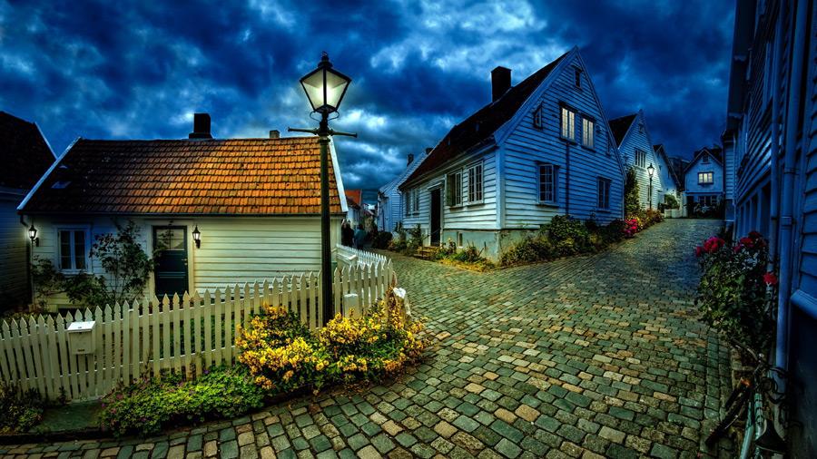 フリー写真 街灯の灯る住宅街の風景