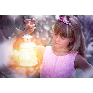 フリー写真, 人物, 子供, 女の子, 外国の女の子, 女の子(00034), 照明器具, ランタン